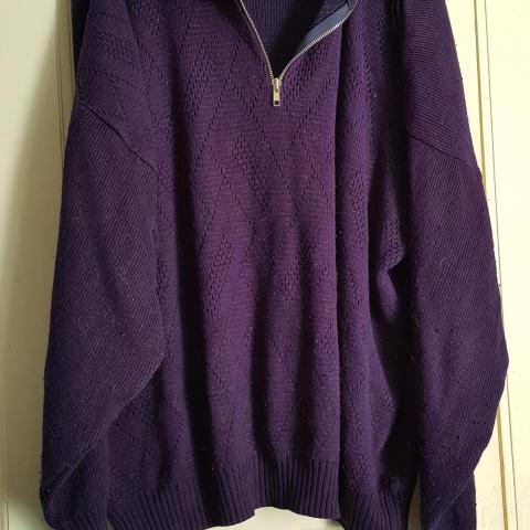 troc de  Pull violet bleu foncé, sur mytroc