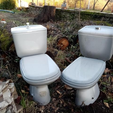 troc de  2 WC bleu/gris, complets à donner, sur mytroc