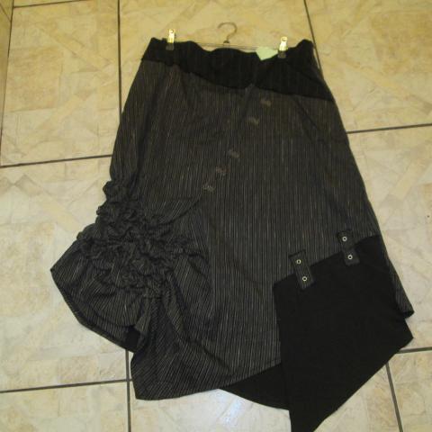 troc de  jupe noir    neuve asymétrique  taille 44 15 noisettes, sur mytroc