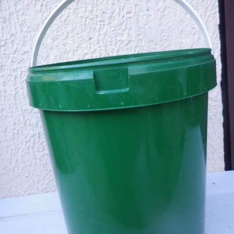 troc de  1 seau  coloris vert avec couvercle, sur mytroc