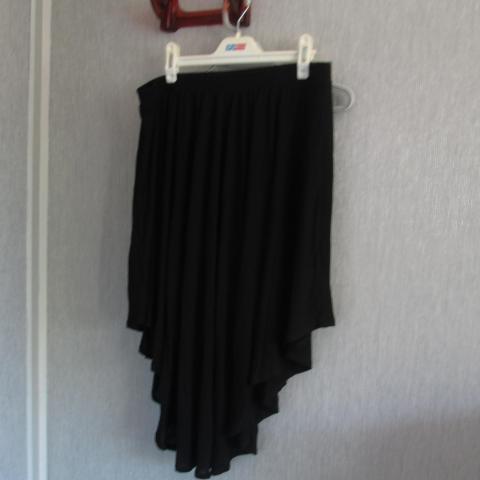 troc de  Jupe noir taille 44/46 asymetrique    5 noisettes, sur mytroc