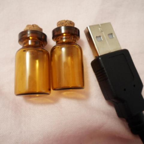 troc de  * 2 petites fioles en verre ambré, sur mytroc