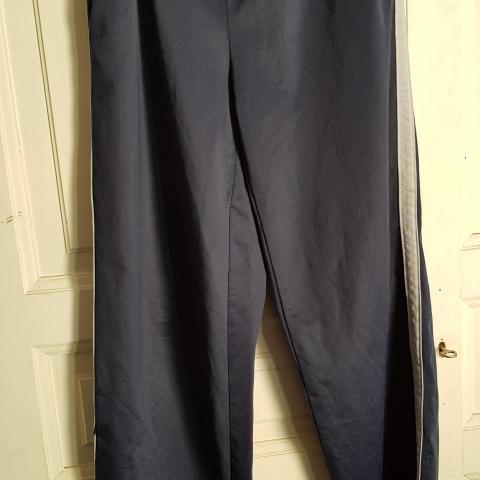 troc de  Pantalon de sport bleu marine et gris, sur mytroc