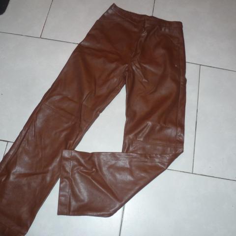 troc de  Pantalon CFK - simili marron, sur mytroc