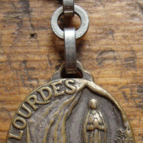 troc de  Porte clés ancien  ND Lourde en  métal, sur mytroc