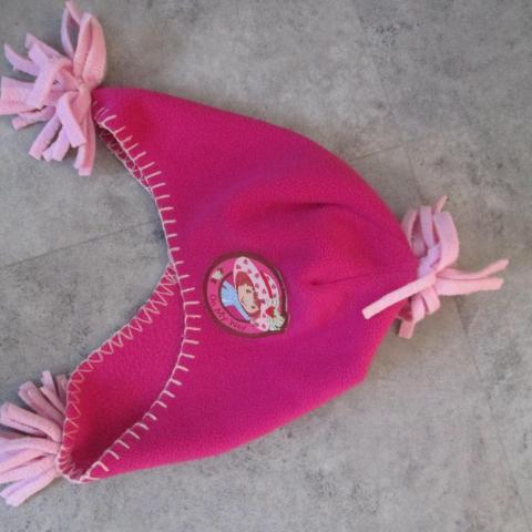 troc de  Bonnet charlotte aux fraises    5 euros port compris 4/5 ans, sur mytroc