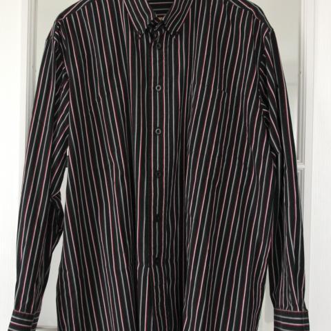 troc de  Chemise noire/grise à rayures blanches/grises/rouges Taille XL, sur mytroc