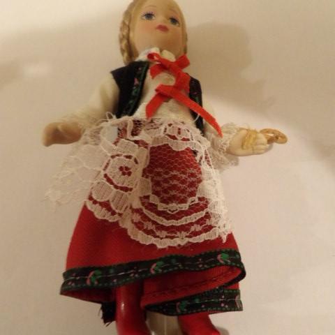 troc de  Réservé jolie petite poupée de collection 15 cm de haut environ, sur mytroc