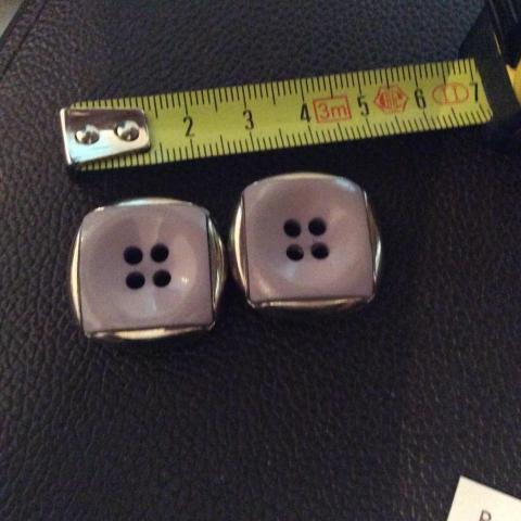 troc de  Réserve Gribouilette 2 Boutons mauve Et argent 2 ,5cm, sur mytroc