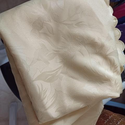 troc de  RESERVE  Nappe ovale jaune pâle bon état, sur mytroc