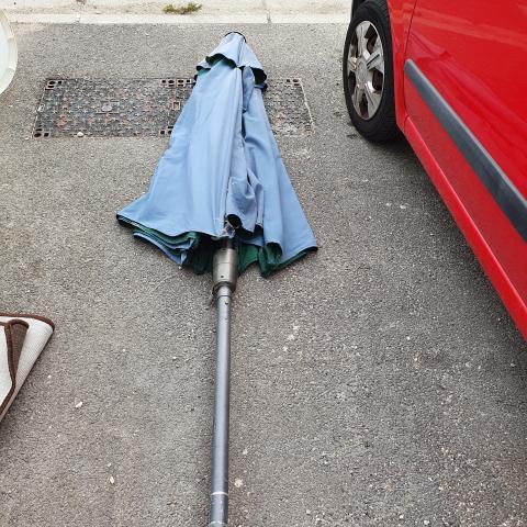 troc de  grand parasol déporté en bon état, sur mytroc