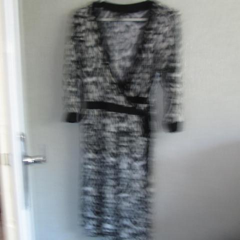 troc de  Robe noir et blanc taille M    ( 46)  10 noisettes, sur mytroc