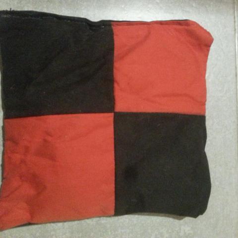 troc de  Coussin rouge et noir, sur mytroc