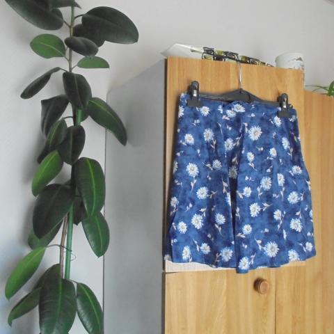 troc de  jupe courte bleu marine a fleurs blanches taille 34      5  noi, sur mytroc