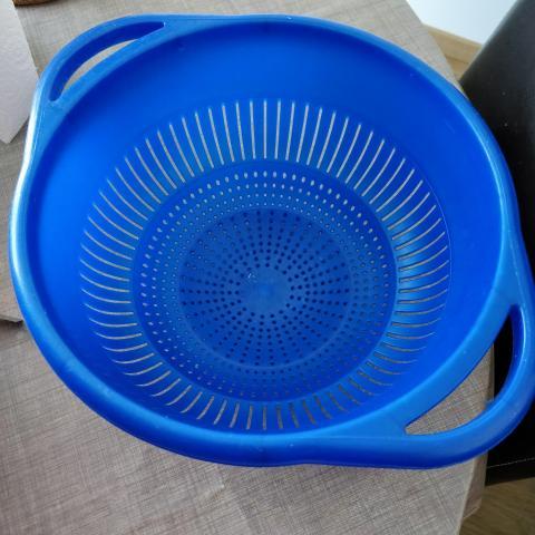 troc de  Grande passoire en plastique bleu, sur mytroc
