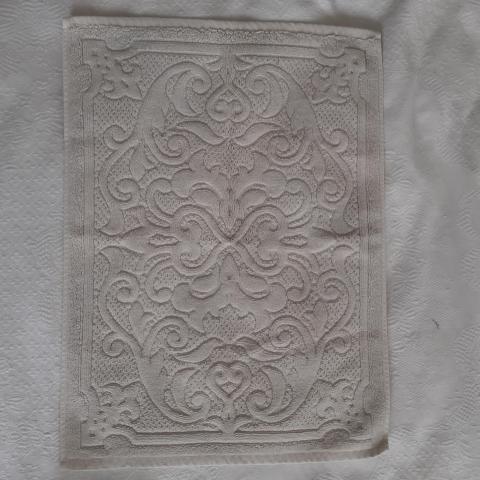 troc de  Reservé petit tapis de bain beige, sur mytroc