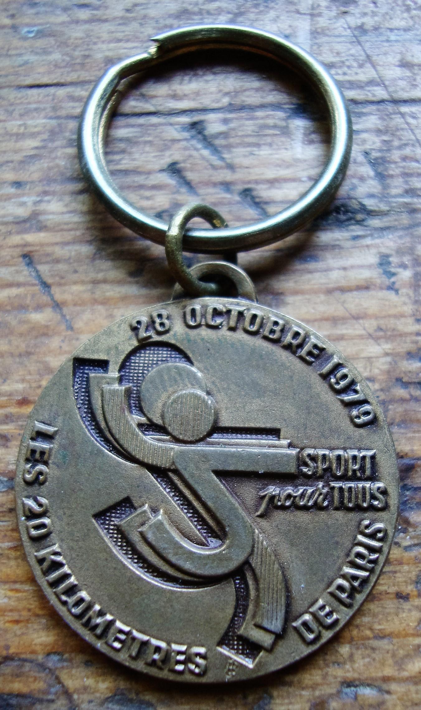 """troc de troc porte clés """"les 20kilométres de paris """" 1979 image 0"""