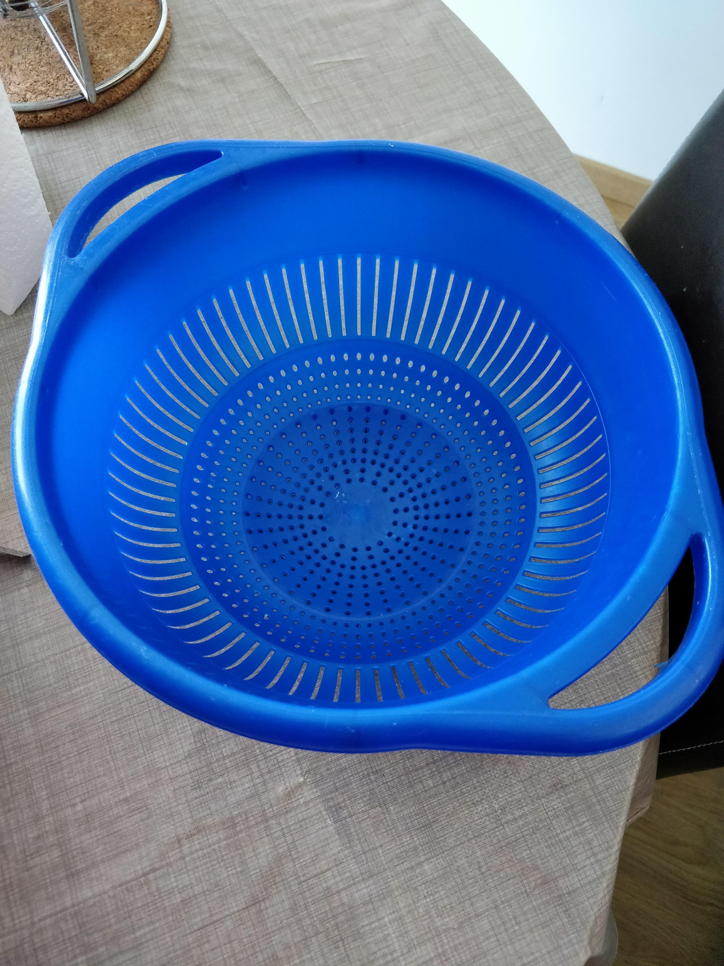 troc de troc grande passoire en plastique bleu image 0