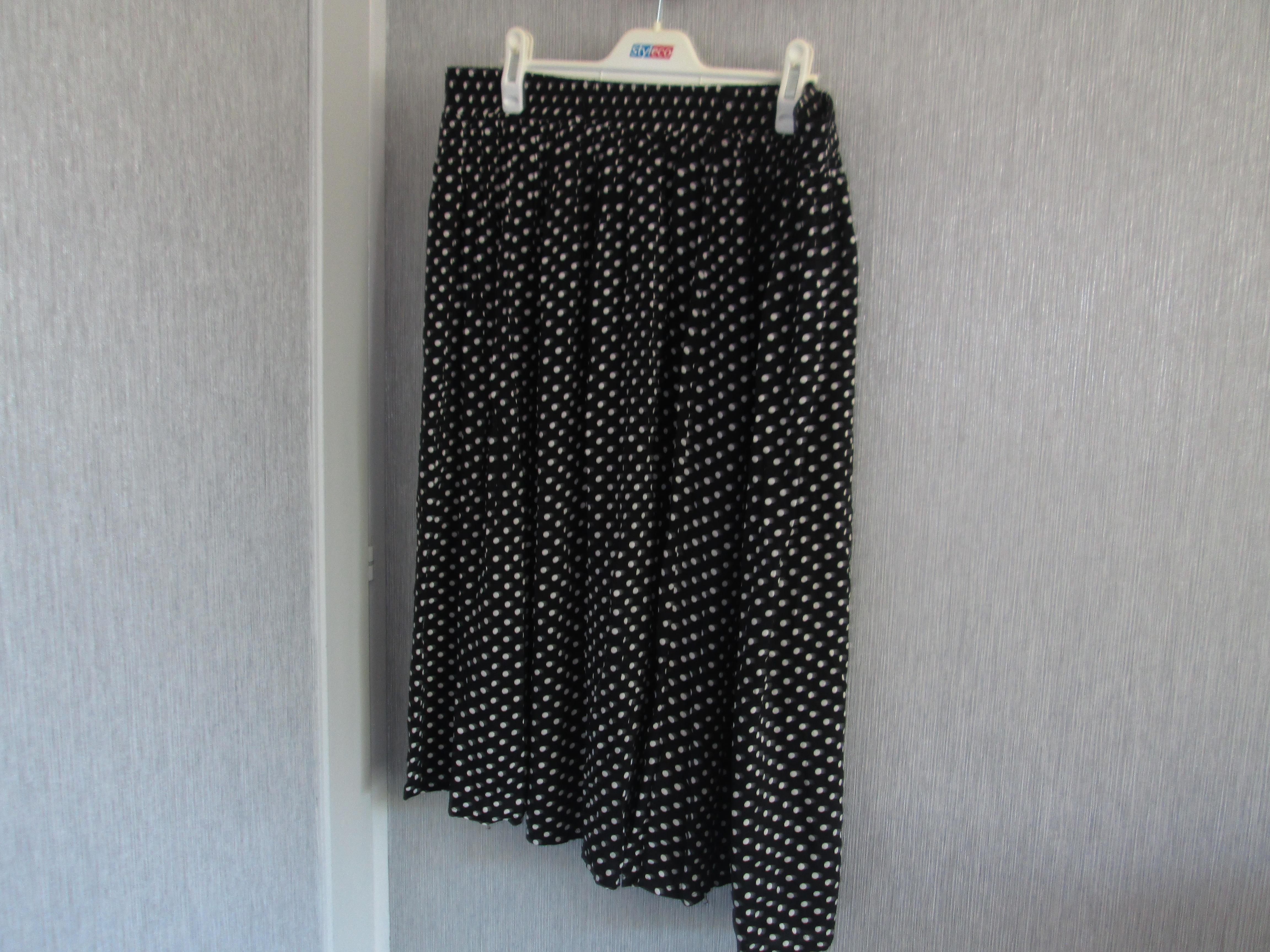 troc de troc jupe noir petit pois taille 46   6 noisettes image 0