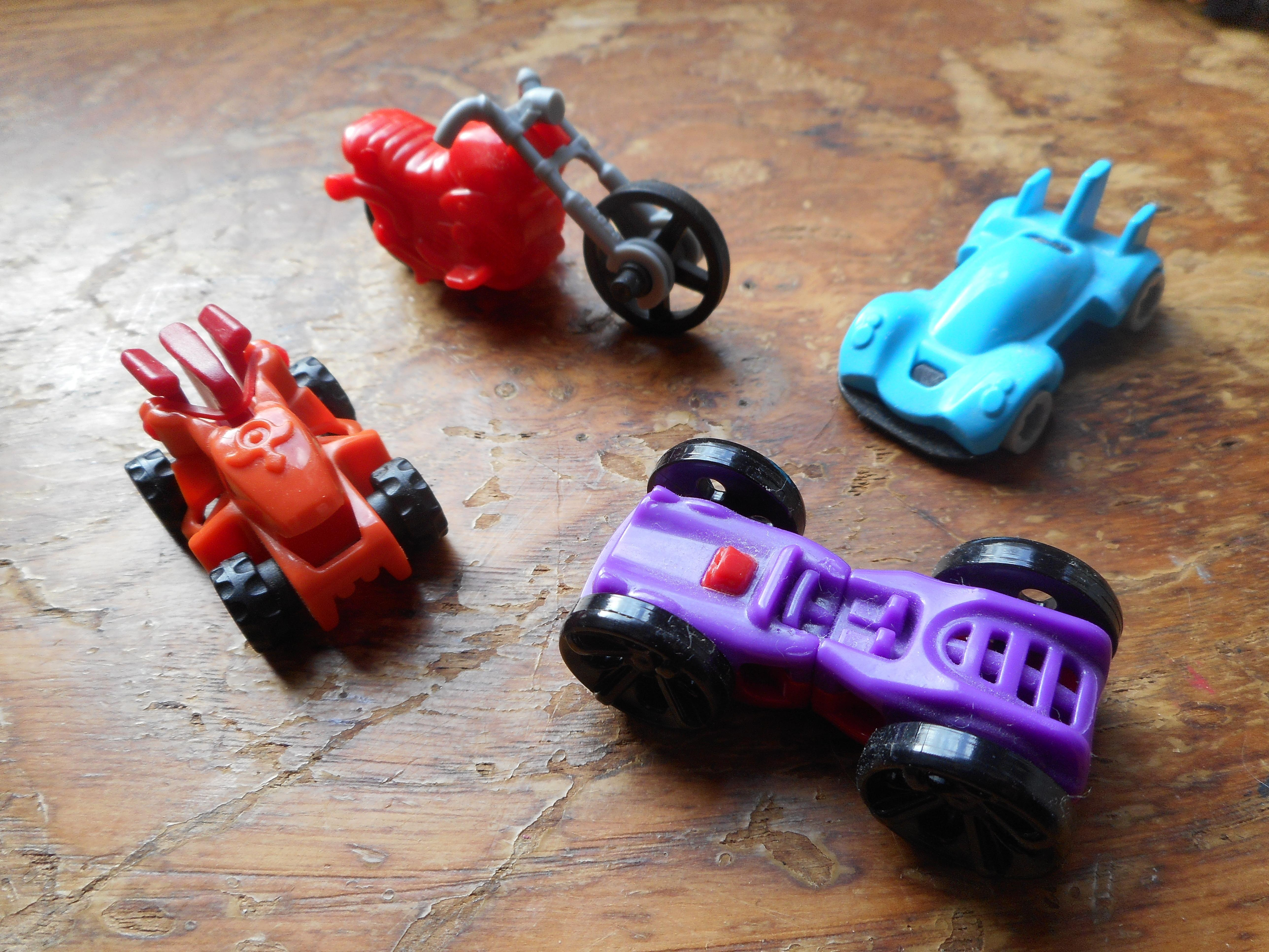 troc de troc jouets type kinder lot bolides image 0