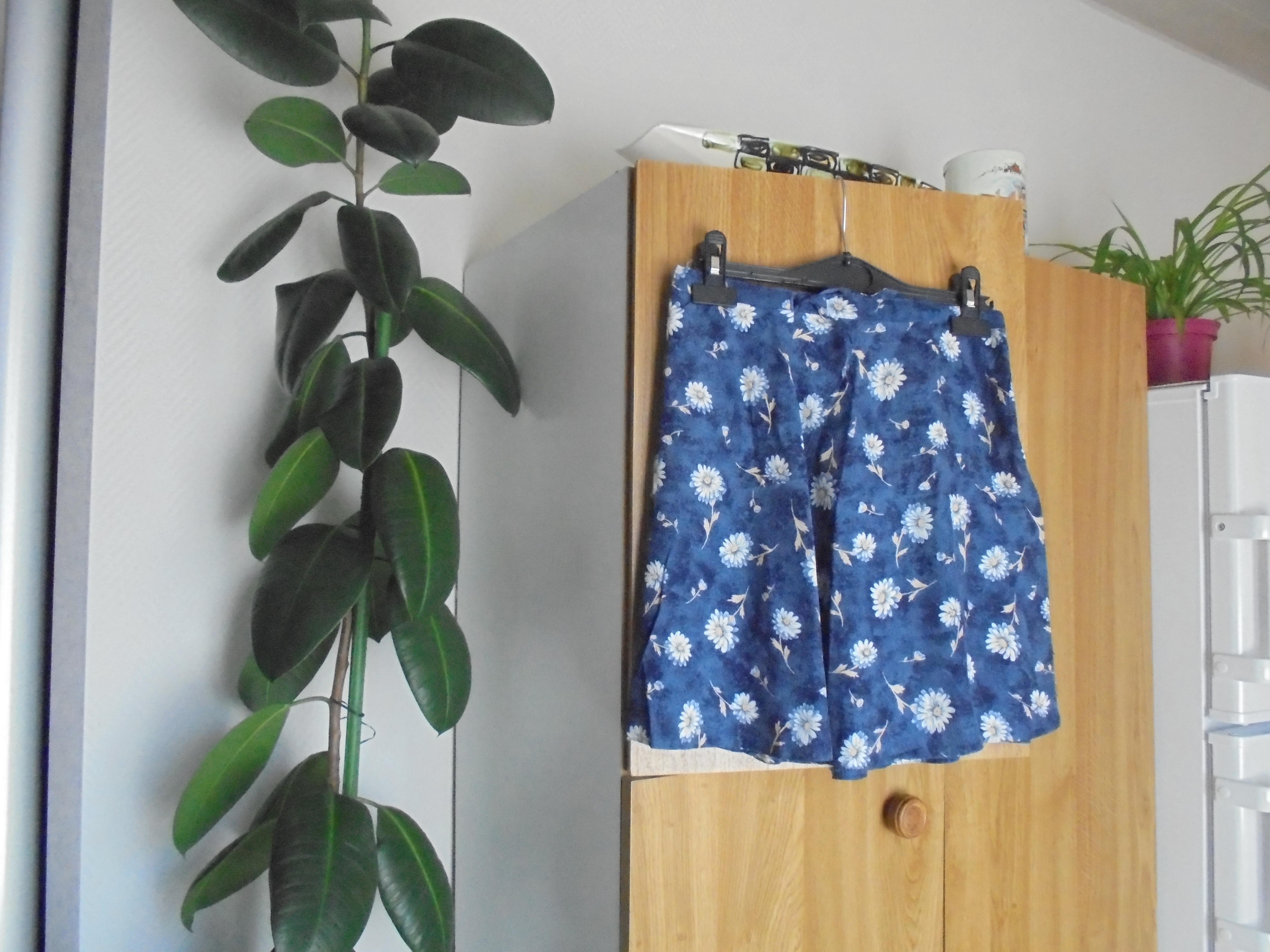 troc de troc jupe courte bleu marine a fleurs blanches taille 34      5  noi image 0