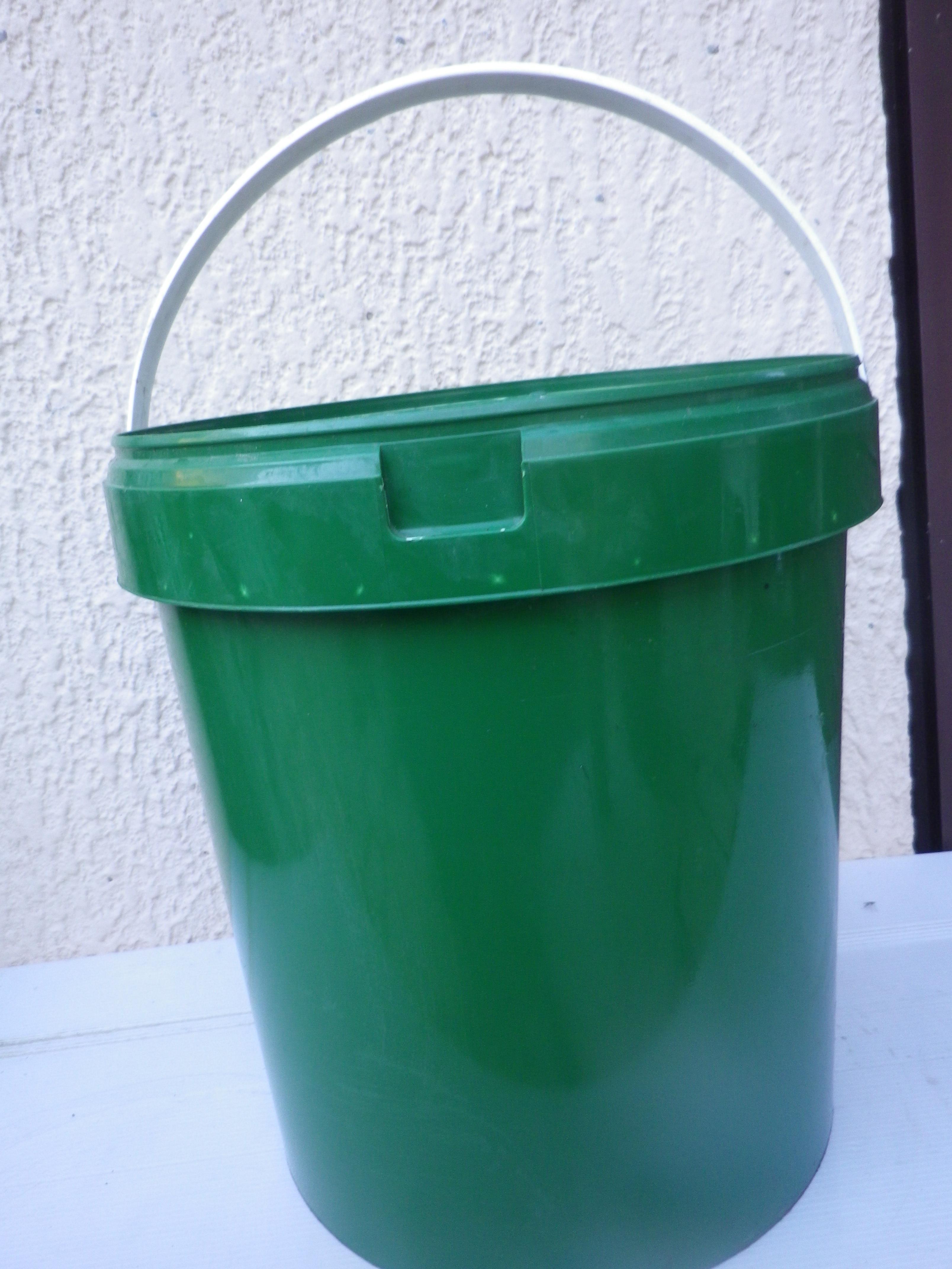 troc de troc 1 seau  coloris vert avec couvercle image 0