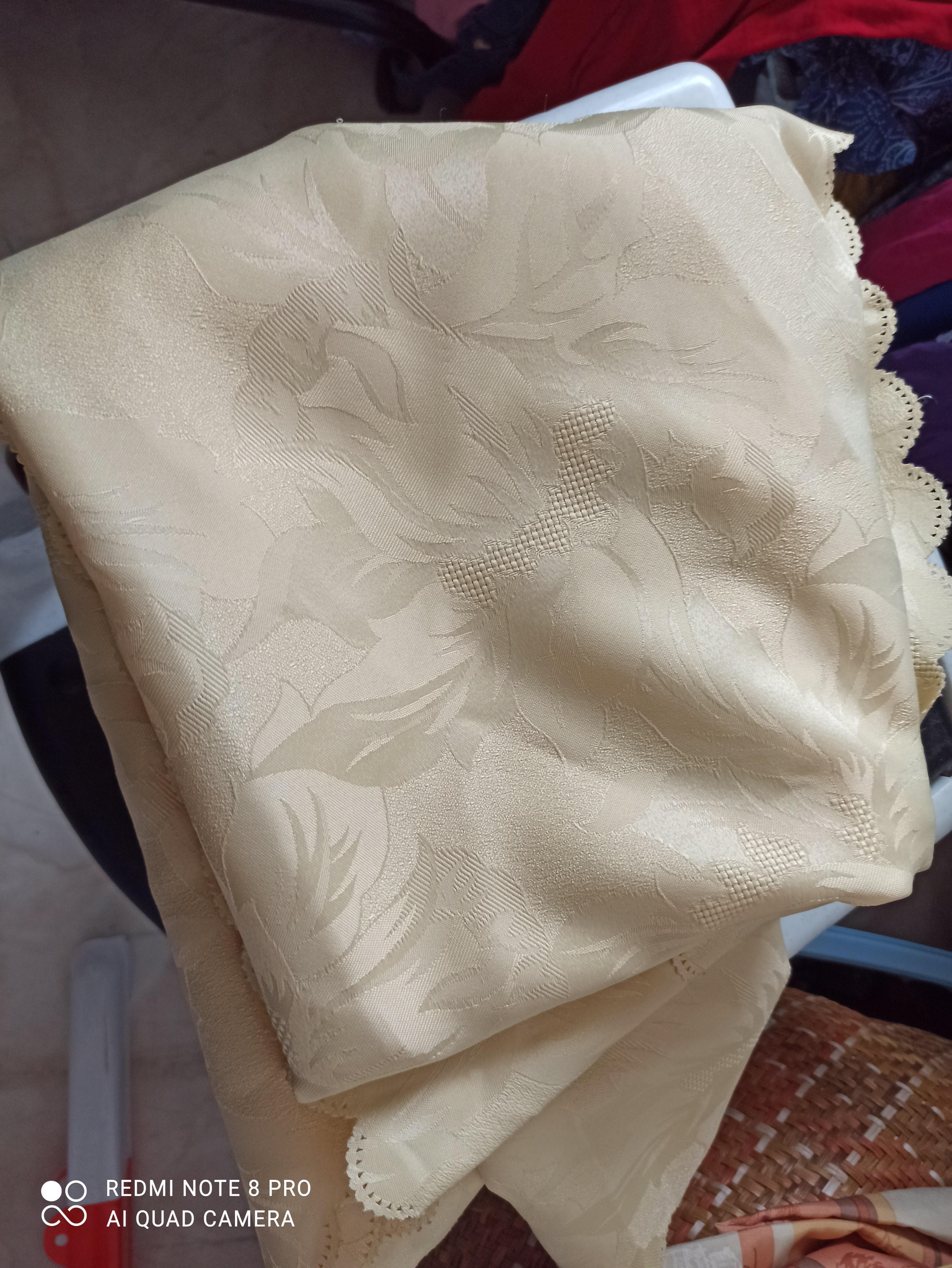 troc de troc reserve  nappe ovale jaune pâle bon état image 0