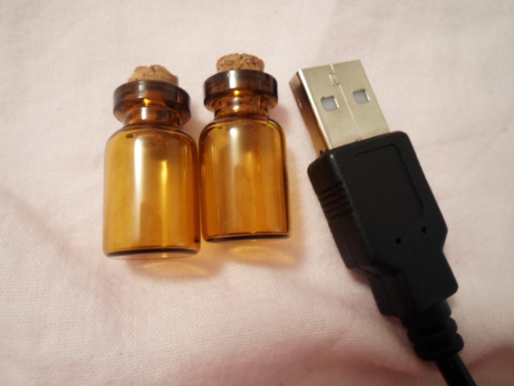 troc de troc * 2 petites fioles en verre ambré image 0
