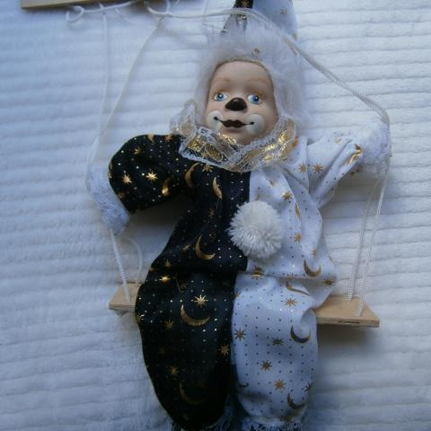 troc de troc clown en porcelaine et tissu image 0
