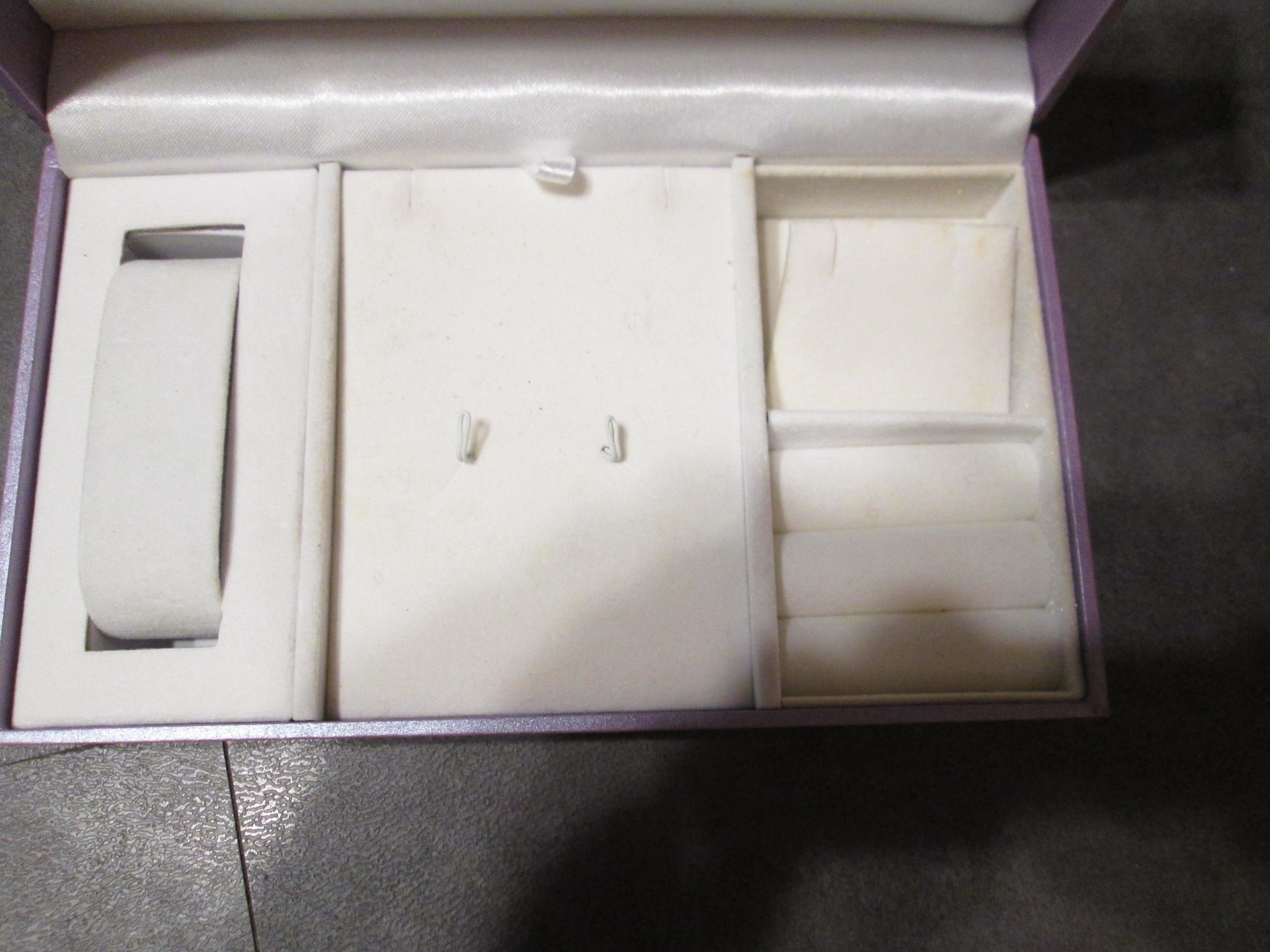 troc de troc reserve   boite a bijoux vide un peu griffé sur le bord pour collection image 1