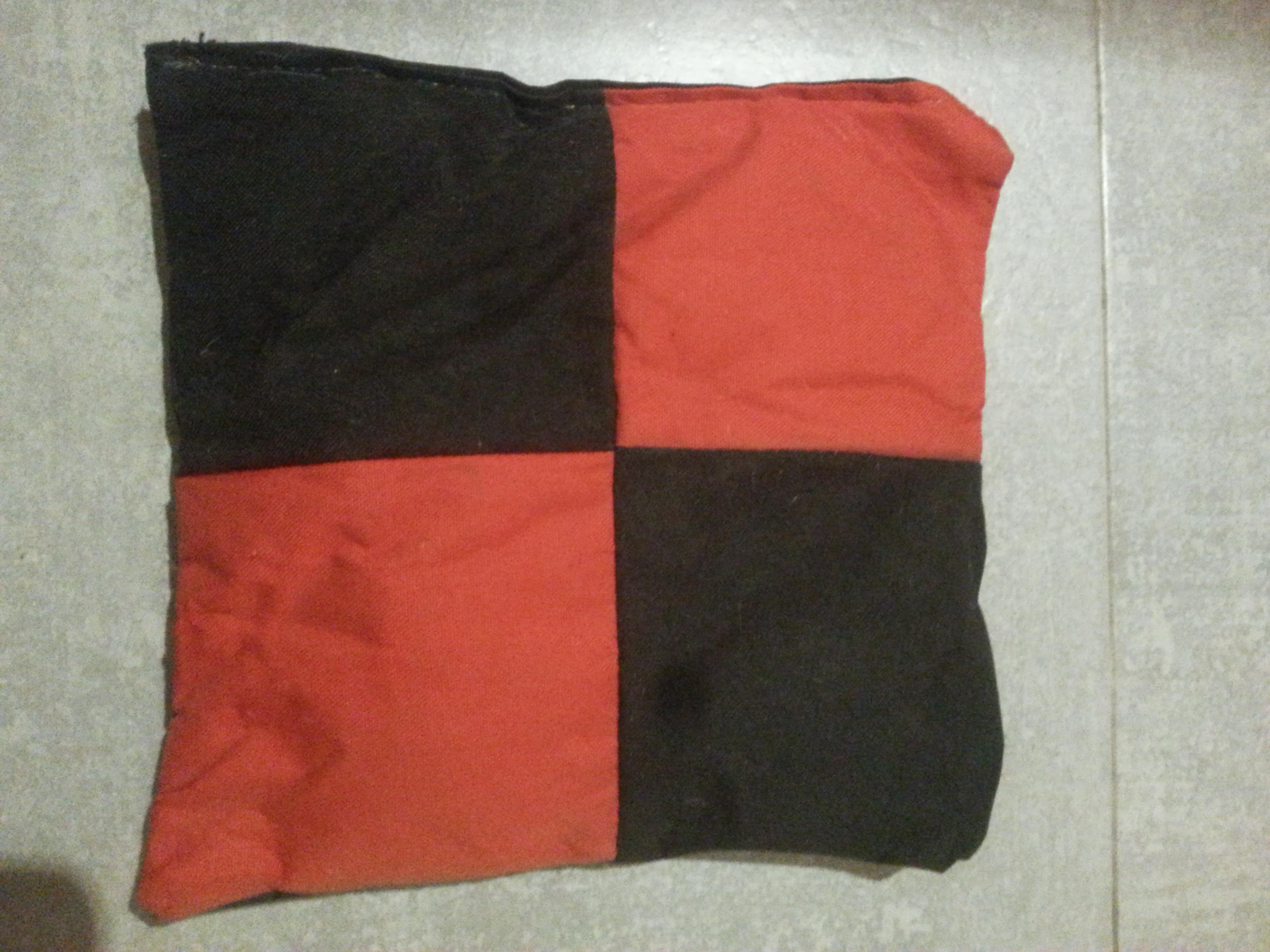 troc de troc coussin rouge et noir image 0