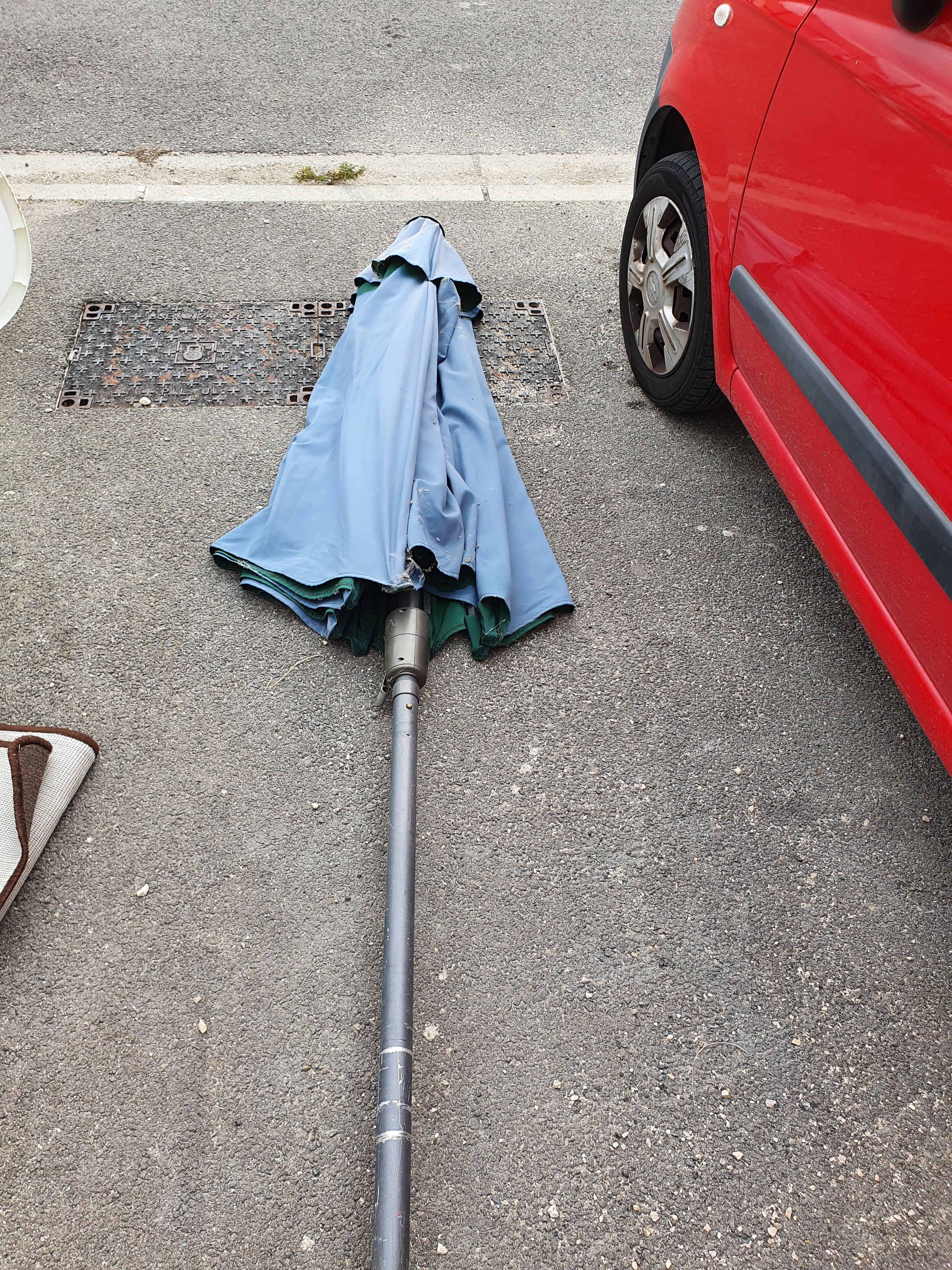 troc de troc grand parasol déporté en bon état image 0